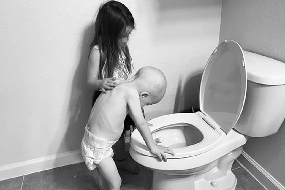 cancer2 - Veja Essa Foto Emocionante de uma Irmã que Ajuda Irmã a Enfrentar os Efeitos da Químio.